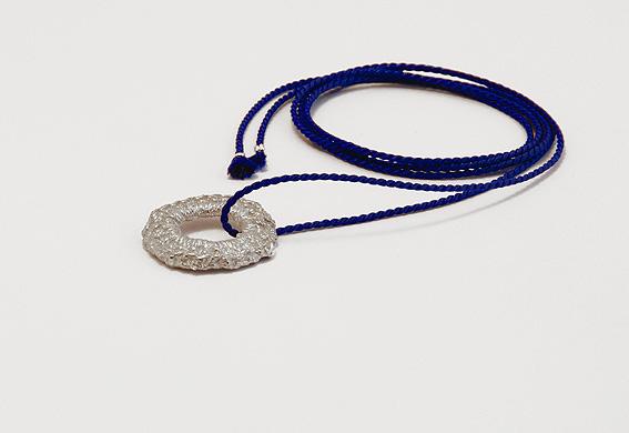 zilveren haakwerk aan koord | mieke de been • sieraden