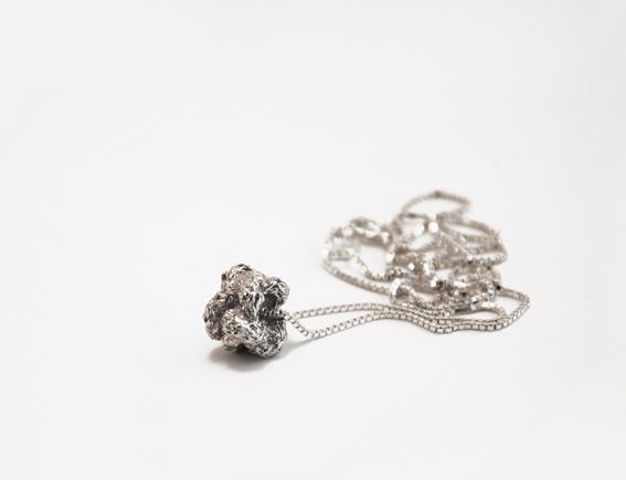 zilveren knoop aan collier | mieke de been • sieraden